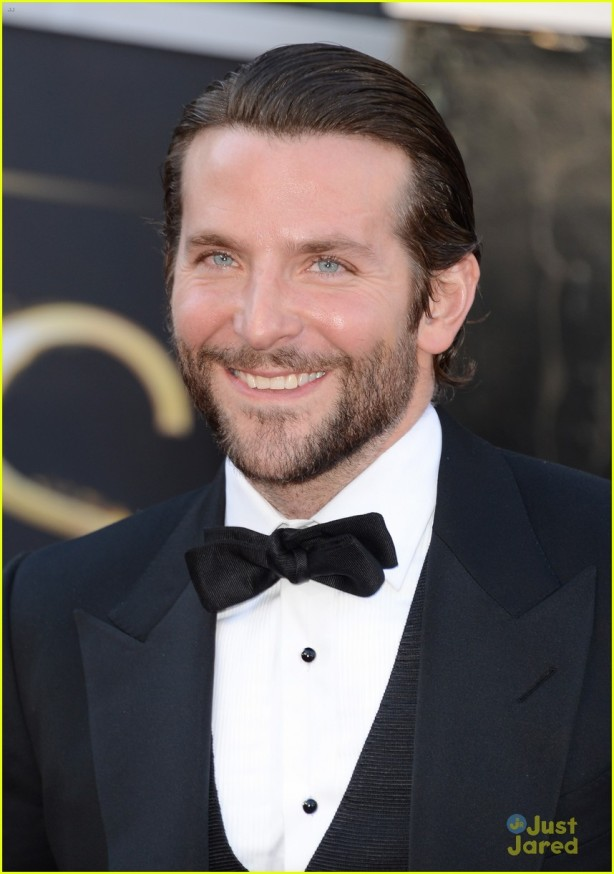 bradley-cooper-oscars-2013-red-carpet-05